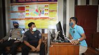 Polisi Polsek Playen menangkap pelaku pelecehan seksual di sebuah warung angkringan di kawasan Playen, Gunungkidul. (Liputan6.com/ Hendro Ary Wibowo)