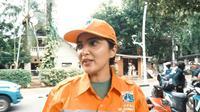 Ashanty jadi petugas oranye, bersih-bersih jalanan. (Sumber: YouTube/The Hermansyah A6)