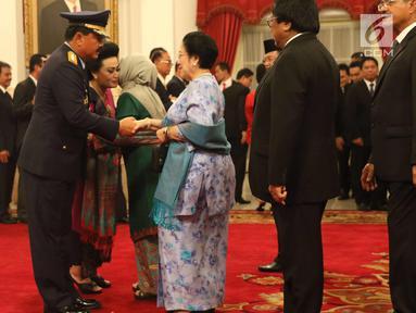 Marsekal Hadi Tjahjanto menerima ucapan selamat dari Presiden RI ke-5, Megawati Soekarno Putri usai upacara pelantikan sebagai Panglima TNI di Istana Negara, Jakarta, Jumat (8/12). Hadi Tjahjanto mengantikan Gatot Nurmantyo. (Liputan6.com/Angga Yuniar)