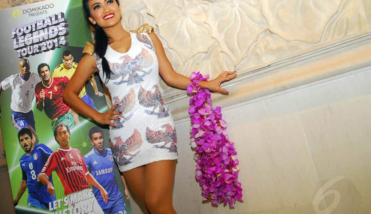 Julia Perez berpose sebelum menyambut kedatangan Pesepakbola legendaris dunia di Hotel Shangri-La, Jakarta, Kamis (5/6/14). (Liputan6.com/Miftahul Hayat)
