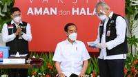 Presiden Joko Widodo atau Jokowi (tengah) bersiap menjalani penyuntikan vaksin COVID-19 di Istana Merdeka, Jakarta, Rabu (13/1/2021). Vaksinator presiden adalah Wakil Ketua Dokter Kepresidenan, Prof. dr. Abdul Muthalib, Sp.PD-KHOM. (Biro Pers Sekretariat Presiden/Muchlis Jr)