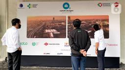 Presiden Joko Widodo (kiri) didampingi CEO GoTo Andre Soelistyo dan Ketua Umum KADIN Indonesia Arsjad Rasjid meninjau pembangunan Rumah Oksigen Gotong Royong, di Pulogadung, Sabtu (24/7/2021). Rumah Oksigen diperkirakan rampung pada awal Agustus. (Liputan6.com/Pool/Biro Sekpres)