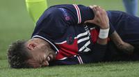 Striker Paris Saint-Germain, Neymar mengalami cedera saat melawan Manchester City dalam laga leg pertama semifinal Liga Champions 2020/2021 di Parc des Princes Stadium, Paris, Rabu (28/4/2021). PSG kalah 1-2 dari Manchester City. (AP/Thibault Camus)