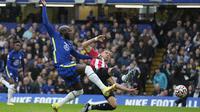 Romelu Lukaku sempat membuat gol pada menit ke-35 namun dianulir karena terlebih dahulu terperangkap offside sebelum menerima umpan dari Antonio Ruediger. (AP/Kirsty Wigglesworth)
