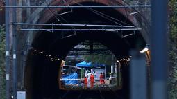 Petugas layanan darurat melakukan penyelidikan di lokasi kecelakaan sebuah trem di Croydon, London Selatan, Inggris, Rabu (9/11). Pemadam Kebakaran London menurunkan delapan mobil pemadam dan empat mobil layanan darurat ke lokasi. (REUTERS/Neil Hall)