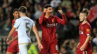 Bek kanan Liverpool, Ki-Jana Hoever (tengah), berhasil mencetak satu gol sekaligus membantu timnya menang 2-0 atas Milton Keynes Dons, pada babak ketiga Piala Liga Inggris di Stadium mk, Rabu (25/9/2019). (AP Photo/Leila Coker)