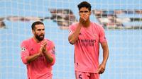 Raphael Varane dalam duel Manchester City kontra Real Madrid pada leg kedua 16 besar Liga Champions 2019/2020 di Etihad Stadium, Sabtu (8/8/2020). (AFP/Peter Powell)