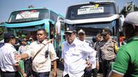 Gaya Menhub Budi Karya Sumadi (tengah) saat meninjau kesiapan arus balik Lebaran di Terminal Kampung Rambutan, Jakarta, Selasa (19/6). (Liputan6.com/Faizal Fanani)