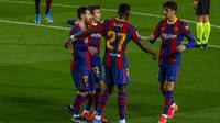 Penyerang Barcelona, Francisco Trincao (kanan) berselebrasi dengan rekan-rekannya usai mencetak gol ke gawang Deportivo Alaves pada pertandinga lanjutan La Liga Spanyol di stadion Camp Nou, Spanyol, Minggu (14/2/2021). Barcelona kini berada diuruta kedua dengan 46 angka. (AP Photo/Joan Monfort)