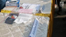 Barang bukti diperlihatkan saat rilis  terkait kasus pengeroyokan dan premanisme di Polres Jakarta Barat, Jumat (23/11). Sat Reskrim Polres Metro Jakbar menangkap Hercules Rosario Marshal di rumahnya Rabu (21/11/2018) siang.  (Liputan6.com/Faizal Fanani)