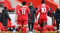 Para pemain Liverpool berjalan lesu ke arah sang pelatih, Jurgen Klopp, setelah takluk 0-1 dari Fulham pada lanjutan Liga Inggris 2020/2021 di Stadion Anfiled, Minggu (7/3/2021). (AFP/Paul Ellis)