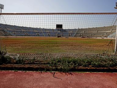 Pemandangan kerusakan Stadion Camille Chamoun Sports City, yang menjadi tuan rumah Pan-Arab Games 1997, Piala AFC 2000, dan Jeux de la Francophonie 2009, di Beirut, pada 8 Oktober 2021. Stadion itu kini menjadi arena yang terbengkalai saat Lebanon berjuang melawan krisis keuangan. (ANWAR AMRO/AFP)