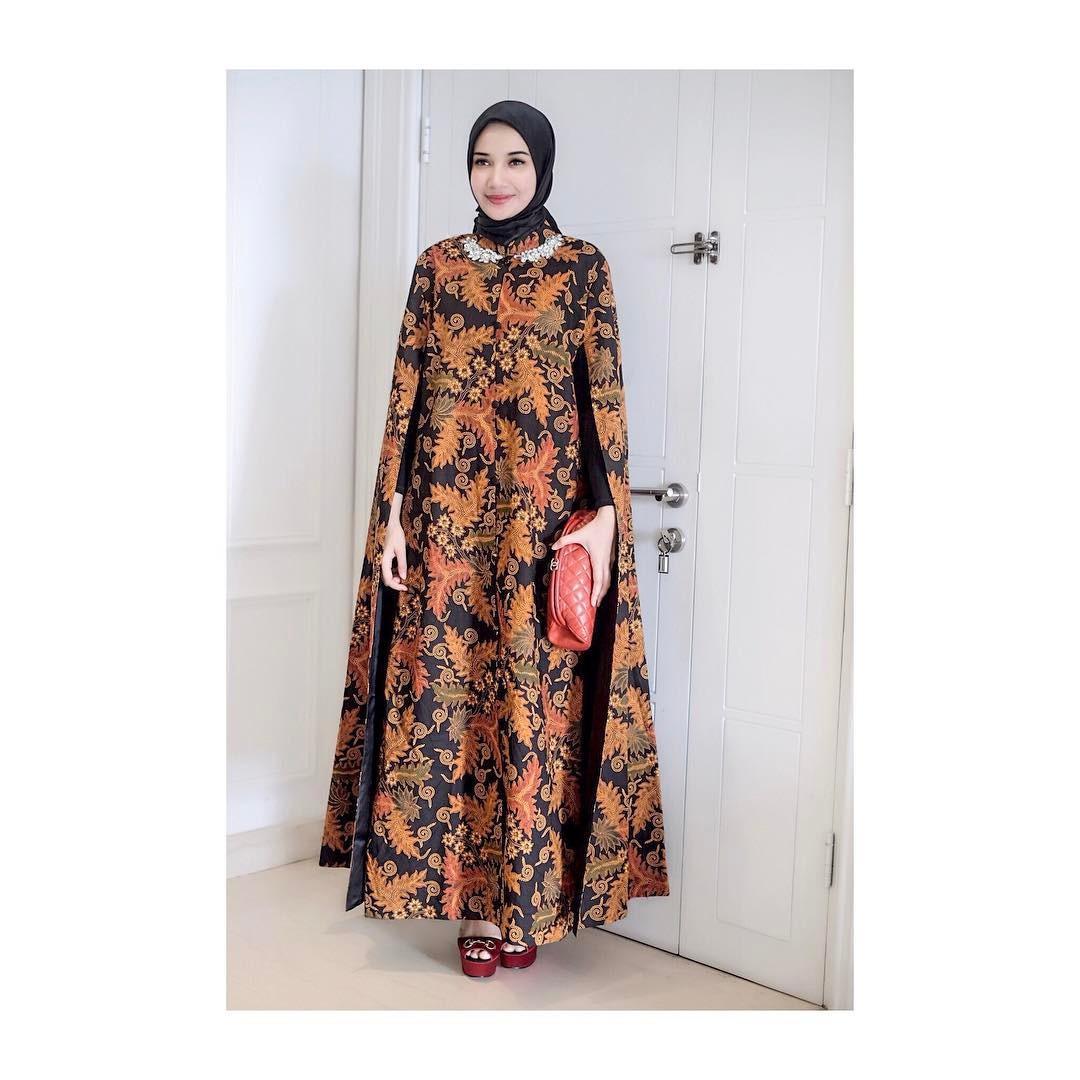 Penampilan hijab makin terlihat elegan dengan memakai batik cape dress seperti yang dipakai Zaskia Sungkar. (sumber foto: @zaskiasungkar15/instagram)