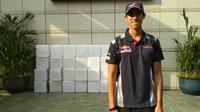 Sean Gelael menjelang tampil pada sesi latihan bebas F1 GP Singapura, Kamis (14/9/2017). (Bola.com/Muhammad Wirawan Kusuma)