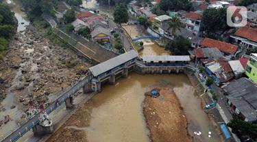 Foto udara memperlihatkan kondisi Bendung Katulampa, Kota Bogor, Jawa Barat, Senin (3/8/2020). Debit air sungai Ciliwung di Bendung Katulampa mengalami penyusutan sejak satu bulan terakhir memasuki awal musim kemarau dengan ketinggan air 0 cm. (Liputan6.com/Helmi Fithriansyah)