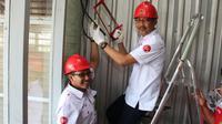 (ka-ki) Direktur Network & IT Solution Telkom, Abdus Somad dan EVP Telkom Regional 4, Rosyidul Umam memotong kabel terminal Box di PT EBAKO Nusantara, salah satu customer di Kawasan Industri Terboyo, tanda migrasi layanan dari kabel tembaga ke fiber optik