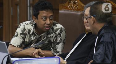 Terdakwa dugaan suap jual-beli jabatan di lingkungan Kemenag, M Romahurmuziy (kiri) saat menjalani sidang lanjutan di Pengadilan Tipikor, Jakarta, Rabu (27/11/2019). Sidang mendengar keterangan dua orang saksi, Roziqi dan Abdul Wahab. (Liputan6.com/Helmi Fithriansyah)