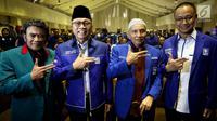 Ketum PAN Zulkifli Hasan (kedua kiri), Ketua Dewan Pertimbangan PAN Amien Rais (kedua kanan) dan Ketum Partai Idaman Rhoma Irama (kiri) memberikan salam sebelum pembukaan Rakernas PAN di Jakarta, Kamis (9/8). (Liputan6.com/Johan Tallo)
