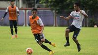Kapten Bali United, Fadil Sausu, menggiring bola saat latihan jelang laga Piala Presiden 2017 melawan Barito Putera di Lapangan Banteng, Bali, Kamis (16/2/2017). (Bola.com/Vitalis Yogi Trisna)