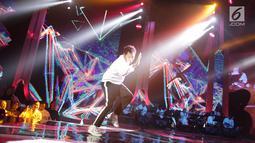 Aksi panggung Giring Ganesha pada halalbihalal Elang Mahkota Teknologi (Emtek) Group di Studio 6 Emtek City Daan Mogot, Jakarta, Selasa (25/6/2019). Mengusung tema 'Kebersamaan Penuh Keikhlasan', halalbihalal Emtek dimeriahkan penampilan sejumlah bintang tamu. (Liputan6.com/Faizal Fanani)