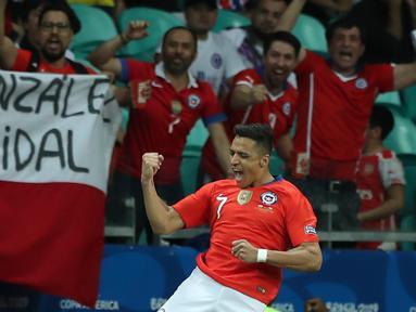 Pemain Chile, Alexis Sanchez melakukan selebrasi usai mencetak gol ke gawang Ekuador dalam matchday kedua Grup C Copa America 2019 di Arena Fonte Nova, Salvador, Brasil, Jumat (21/6/2019). Chile melaju ke perempatfinal Copa America 2019. (AP Photo/Ricardo Mazalan)