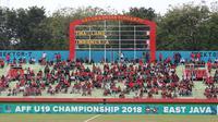 Penonton Timnas Indonesia U-19 saat perebutan tempat ketiga Piala AFF U-19 2018 melawan Thailand di Stadion Gelora Delta, Sidoarjo, Sabtu (14/7/2018). (Bola.com/Aditya Wany)
