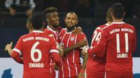 Para pemain Bayern Munchen merayakan gol yang dicetak oleh Arturo Vidal ke gawang Schalke pada laga Bundesliga, di Stadion Veltins, Selasa (20/9/2017). Bayern Munchen menang 3-0 atas Schalke. (AFP/Patrik Stollarz)