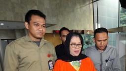 Anggota DPR F-Hanura Dewie Yasin Limpo membawa dokumen administrasi pindah rutan KPK ke Rutan Pondok Bambu di KPK, Jakarta, Kamis (22/10). Dewie ditahan terkait dugaan suap proyek PLTMH Papua. (Liputan6.com/Helmi Afandi)