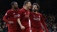 Pemain Liverpool James Milner (tengah) merayakan golnya ke gawang Fulham bersama Georginio Wijnaldum (kiri) dan Mohamed Salah pada laga pekan ke-31 Liga Inggris di Stadion Craven Cottage, London, Minggu (17/3). (AP Photo/Kirsty Wigglesworth)