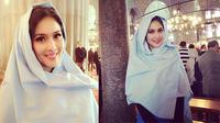 Sandra Dewi mengenakan kerundung saat mengunjungi Masjid Sultan Ahmed alias Masjid Biru di Turki.