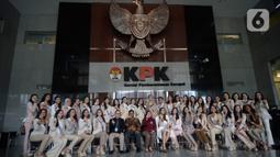 Wakil Ketua KPK Lili Pintauli Siregar (tengah) berfoto bersama finalis Puteri Indonesia saat menyambangi Gedung Merah Putih KPK di Jakarta, Selasa (3/3/2020). Kunjungan para finalis Puteri Indonesia  yang berjumlah 39 orang tersebut untuk memperoleh pengetahuan antikorupsi. (merdeka.com/Dwi Narwoko)