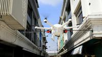 Pemkot Surabaya pakai drone untuk semprotkan disinfektan di Surabaya, Jawa Timur pada Senin 23 Maret 2020. (Foto: Liputan6.com/Dian Kurniawan)