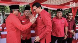 Basuki Tjahaja Purnama  (kanan) bersalaman dengan Sekjen DPP PDI Perjuangan, Hasto Kristiyanto saat menghadiri upacara upacara HUT ke-74 RI di Jakarta, Sabtu (17/8/2019). Upacara HUT ke-74 Kemerdekaan RI tersebut diikuti ribuan kader dan simpatisan partai PDIP.