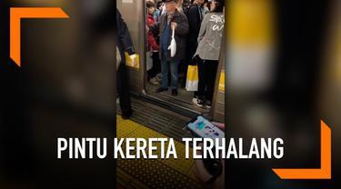 Saat menaiki kereta api, seorang kakek di Jepang bertingkah cukup menyebalkan. Bagaimana tidak, ia menghalangi pintu kereta yang akan menutup berkali-kali menggunakan kaki dan tangannya. Tingkahnya ini membuat jadwal kereta sedikit terhambat.