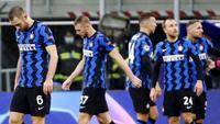 Para pemain Inter Milan tampak kecewa usai bermain imbang melawan Shakhtar Donetsk pada laga Liga Champions di Stadion Giuseppe Meazza, Kamis (10/12/2020). Inter Milan gagal melaju ke babak 16 besar karena hanya menjadi juru kunci di grup B. (AP/Antonio Calanni)