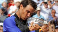 Rafael Nadal menyabet gelar ke-10 alias La Decima di ajang Grand Slam Prancis Terbuka, Minggu (11/6/2017). (AP/David Josek)
