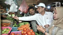 Menteri Perdagangan Agus Suparmanto (tengah) dan Menteri Pertanian Syahrul Yasin Limpo (kiri) memeriksa sayuran saat inspeksi mendadak (sidak) ke Pasar Senen, Jakarta, Senin (3/2/2020). Sidak dilakukan untuk memantau harga bahan pokok yang dijual pedagang. (merdeka.com/Iqbal Nugroho)
