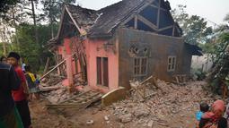 Penampakan rumah yang rusak usai gempa melanda Pandeglang, Banten, Sabtu (3/8/2019). Hingga pukul 07.00 WIB, Kabupaten Pandeglang menjadi daerah terbanyak kerusakan bangunan usai gempa Banten yaitu sebanyak 94 rumah. (RONALD SIAGIAN/AFP)