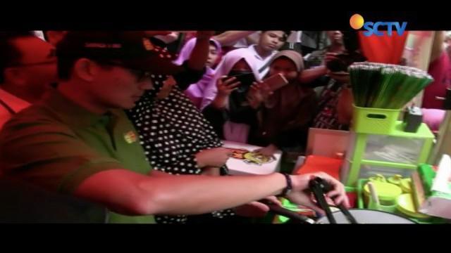 Ini dia aksi Sandiaga Uno memasak kebab sendiri saat meresmikan waralaba kuliner 'Ok Oce' di Koja, Jakarta Utara.