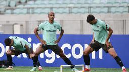 Gelandang Portugal, Joao Mario (tengah) dan rekan satu timnya melakukan pemanasan dalam sesi latihan di Baku (6/9/2021). Dalam laga ini, Cristiano Ronaldo tidak bisa main akibat terkena akumulasi kartu kuning. (AFP/Toflik Babayev)