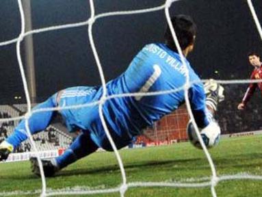 Kiper Paraguay Justo Villar memblok eksekusi penalti gelandang Venezuela Franklin Lucena di Mendoza, 20 Juli 2011. Penyelamatan ini menjadi kunci kemenangan Paraguay 5-3 lewat adu penalti sehingga lolos ke final Copa America. AFP PHOTO/RODRIGO ARANGUA