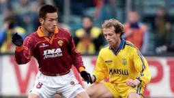 1. Hidetoshi Nakata - Bintang AS Roma ini adalah salah satu pemain terbaik Jepang sepanjang masa. Delapan tahun berkarir di Italia, Nakata berhasil meraih gelar juara Serie A pada musim 2000-2001 bersama AS Roma. (AFP/GAbriel Bouys)