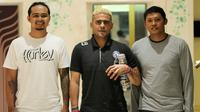 Made Indra, Cristian Gonzales, dan Erwan Santoso sebelum laga Bali United vs Arema. (Bola.com/Iwan setiawan)