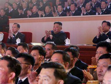 Pemimpin Korea Utara Kim Jong-un menghadiri pertunjukan Tahun Baru Imlek di Pyongyang, dalam foto tak bertanggal yang dirilis oleh Kantor Berita Pusat Korea (KCNA), Jumat (12/2/2021). Tepat 12 Februari tahun ini, etnis Tionghoa di seluruh dunia kembali merayakan momen Imlek. (KCNA VIA KNS/AFP)