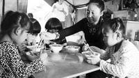Selama 19 tahun terakhir Li telah mengadobsi 75 anak-anak terlantar yang ditinggalkan keluarga karena sakit dan cacat.