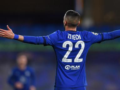 Gelandang Chelsea, Hakim Ziyech melakukan selebrasi usai mencetak gol pertama timnya ke gawang Atletico madrid dalam laga leg kedua babak 16 besar Liga Champions 2020/2021 di Stamford Bridges, London, Rabu (17/3/2021). Chelsea menang 2-0 atas Atletico Madrid. (AFP/Ben Stansall)