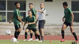 Pemain Timnas Indonesia, Muhammad Hargianto, meminta bola saat latihan di Universitas Kasetsart, Bangkok, Kamis (15/11). Latihan ini persiapan jelang laga Piala AFF 2018 melawan Thailand. (Bola.com/M. Iqbal Ichsan)