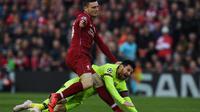 Bek Liverpool, Andrew Robertson, berduel dengan megabintang Barcelona, Lionel Messi, dalam laga leg kedua semifinal Liga Champions di Stadion Anfield, Selasa (7/5/2019). (AFP/Paul Ellis)
