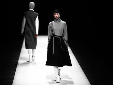 Model berjalan di atas catwalk memperagakan busana muslim Autumn/Winter 2017 karya desainer Indonesia, Rani Hatta saat acara Tokyo Fashion Week di Tokyo, Jepang, Rabu (22/3). (AFP Photo / Behrouz Mehri)