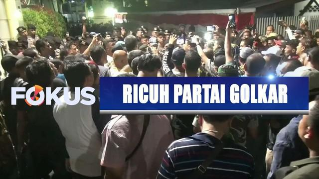 Kader Partai Golkar kubu Airlangga Hartarto dan Bambang Soesatyo ricuh berebut kantor DPP di Palmerah, Jakarta Barat.